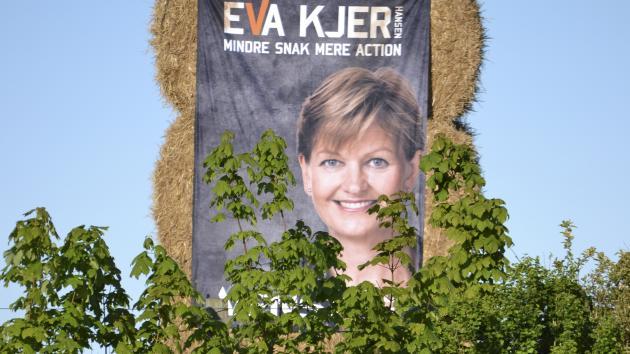 Juni: Baller er perfekt blikfang. Op til Folketingsvalget 18. juni hænger politikerne mange steder i det yderste af ballerne med bannere så store, at de er til at få øje på fra vejen. En af dem er Eva Kjer Hansen (V,) som bliver genvalgt og suser lige ind