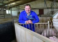 Nils Jensen med sin IDAL. Nils Jensen producerer årligt omkring 6.500 slagtesvin, som alle vaccineres med IDAL.