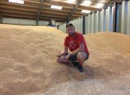 Niels Mikkelsen er godt tilfreds med, at han solgte en stor del af kornet inden høst - inden de gode rapporter fra Rusland og andre steder lagde pres på priserne.