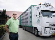 Søren Westergaard foran en af de velkendte svinetransportbiler, der fragter 1,3 mio. smågrise årligt.