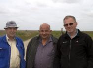 Niels Jørgen Madsen (yderst til højre) kæmpede for sin ret til at holde fast i den oprindelige, frivillige fredningsaftales bestemmelser. De øvrige på billedet er Knud Madsen (til venstre) og Christen Lauridsen (midt for).
