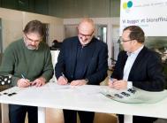 Parterne sætter underskrift på samarbejdsaftalen. Fra venstre er det adm. direktør Knud Schousboe, Struer Forsyning / Maabjerg BioEnergy, adm. direktør Jørgen Udby, Vestforsyning / Maabjerg BioEnergy, og energy manager Poul Erik Madsen, Arla Foods.