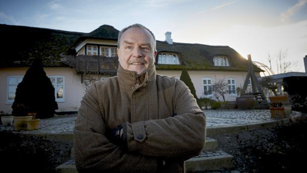 Skaarupgaard ved Sindal er en af de nordligste herregårde i Danmark. Den er på 900 hektar og  hovedbygningen er på 970 kvadratmeter. Ud over gården er Henrik Hougaard også medejer af en farm i Paraguay: »Jeg så i avisen om søndagen, at en dansker ville sæ