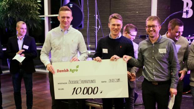 Lars Christensen (t.v.) og Rasmus Krogaard (midt) fik tildelt 10.000 kr. i legat fra Danish Agro for deres opgave om økologiske solbærkyllinger.